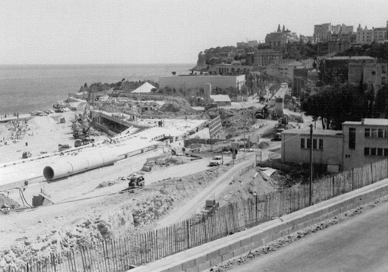 Après la livraison du Hall du Centenaire, en 1966, les travaux se poursuivent autour. Comme cet été, les bruits de chantier bercent les siestes sur la plage.