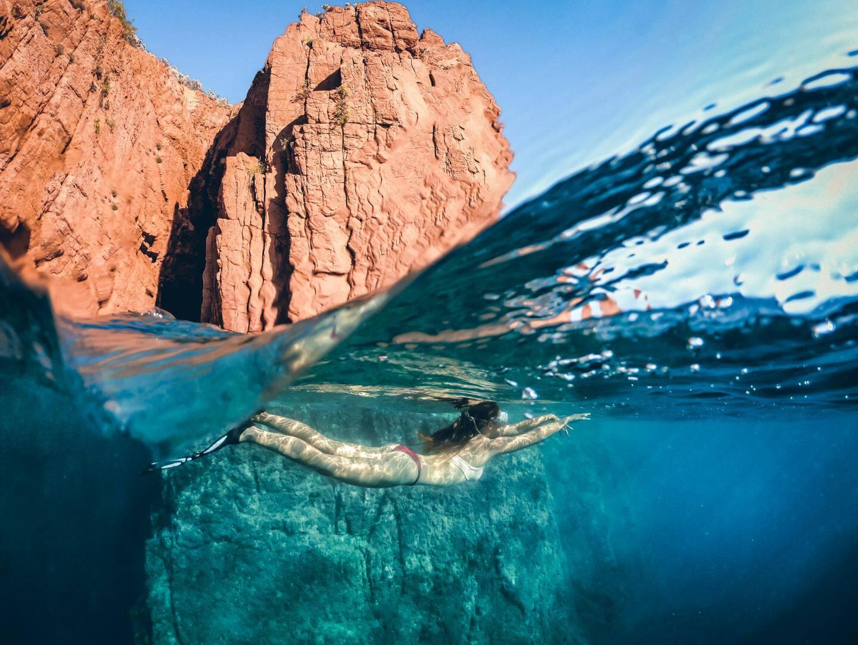 Sous l'eau. Vous aurez besoin d'une caméra sport type GoPro, d'un dôme et d'une prise de photo en rafale.