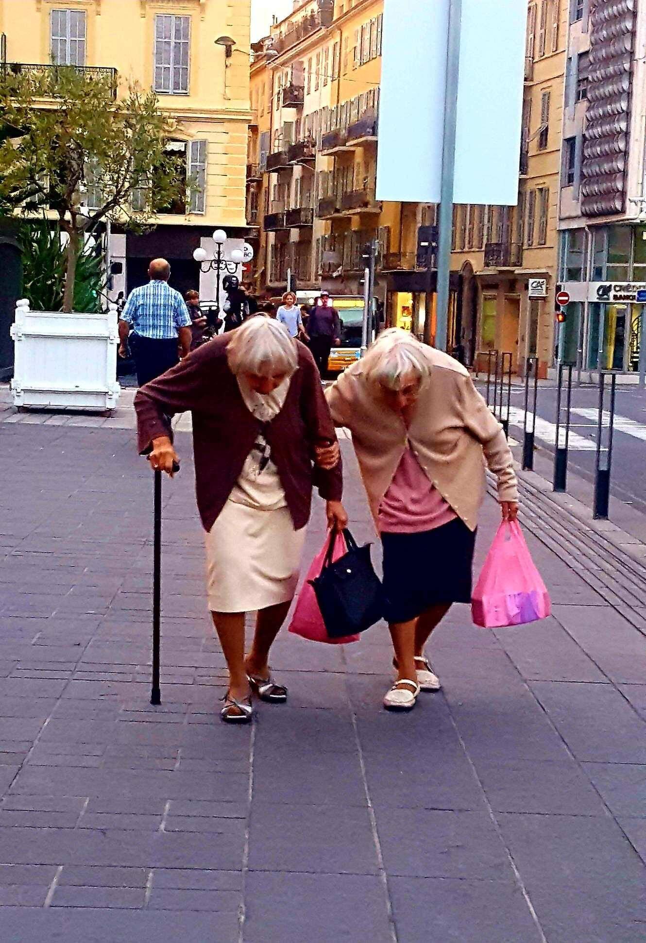 Les jumelles du Vieux-Nice immortalisées par Laura, gérante du magasin L'épingle à linge.