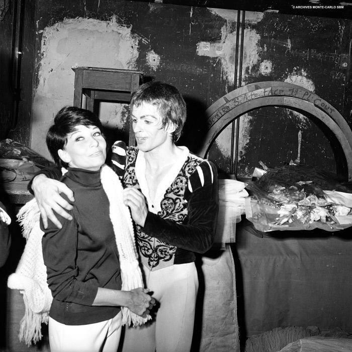 En 1966, dans les coulisses de l'opéra Garnier dans les bras de Rudolf Noureev, qui vient de se produire avec le Royal Ballet de Covent Garden. Témoignage d'une époque du glamour de la Principauté.