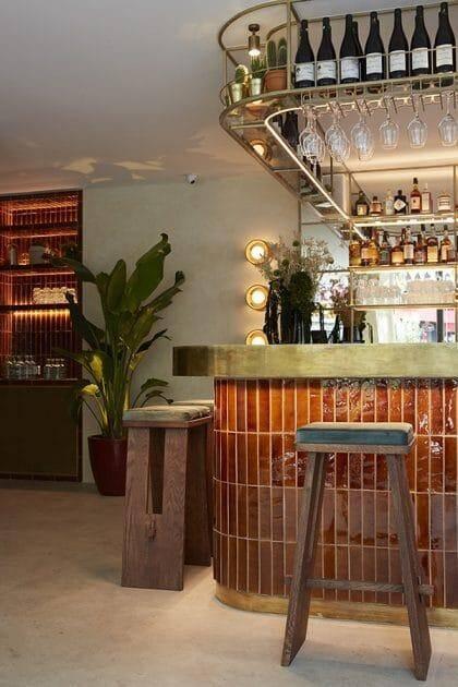 Le Django, un restaurant qu'elle a signé fin 2019 dans le quartier Pigalle, à Paris. Terre cuite émaillée couleur caramel, des mélanges de matières. Du mat, du brillant, des jeux de lumière. Du neuf, du chiné, du sur-mesure et tout ce que Stéphanie Lizée aime.