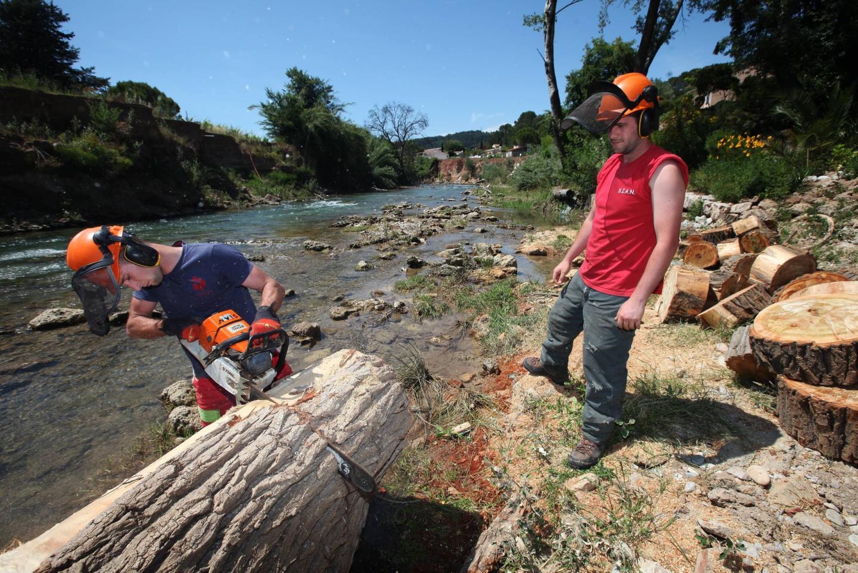 Cinq personnes sont chargées de l'entretien de l'Argens et de ses cours d'eau par le Syndicat mixte.   la motte lotissement jouxtant la nartuby l'équipe du SIAN (syndicat interco nartuby)