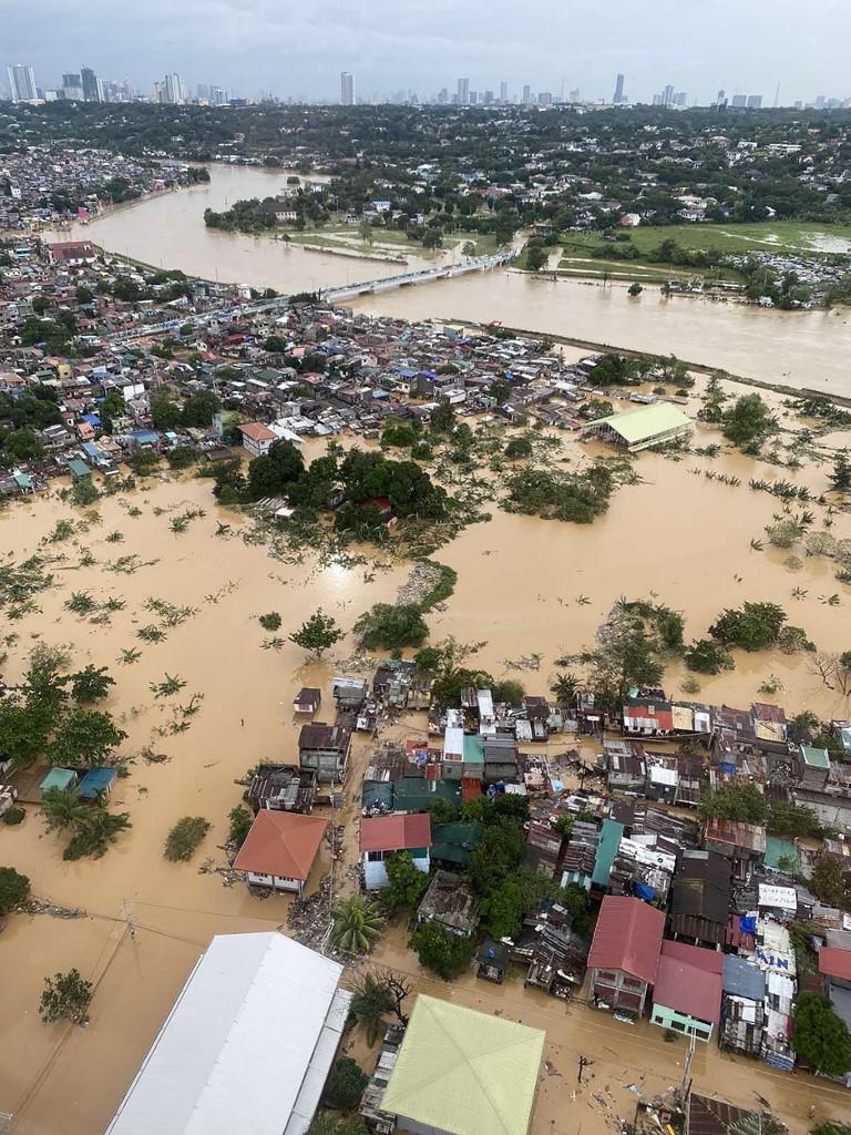 Paysage de désolation à Manille après le passage du typhon Vamco.