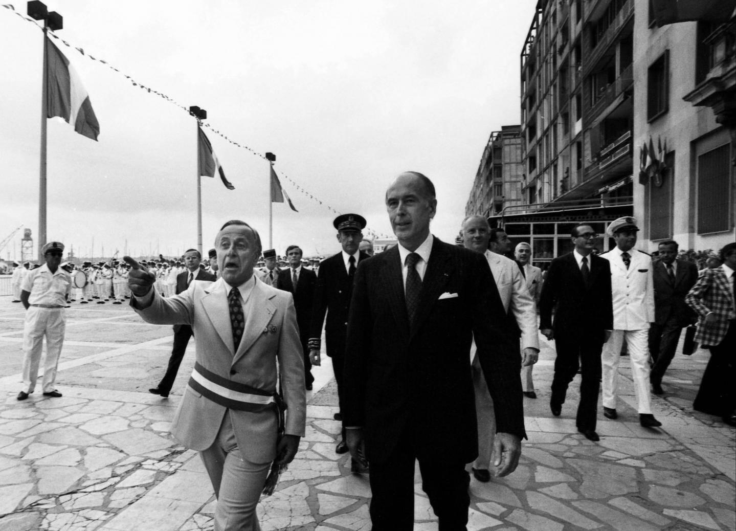 Juillet 1976. Valéry Giscard d'Estaing, sur le port de Toulon en compagnie du maire d'alors, Maurice Arreckx.