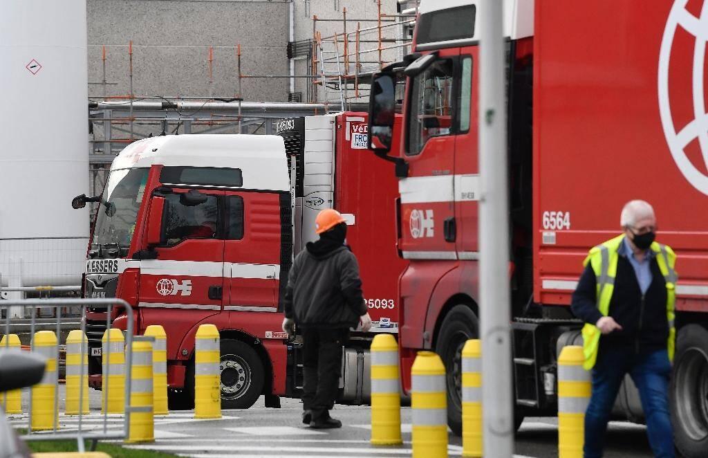 Des camions sur le site de production de vaccin de Pfizer, le 22 décembre 2020 à Puurs (Belgique)