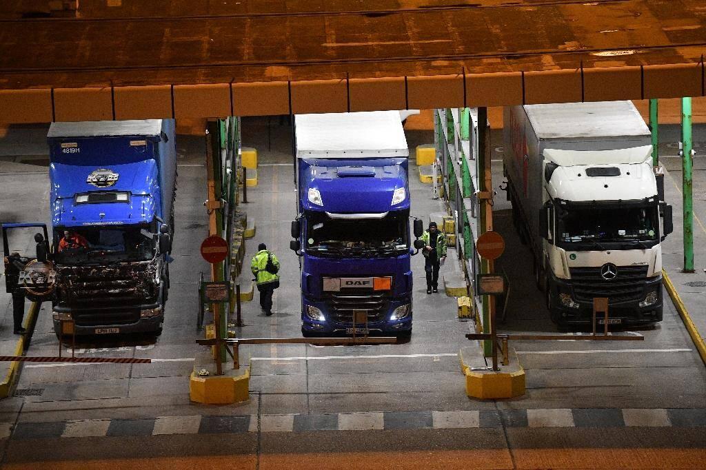 Des poids-lourds débarquent à Douvres, en Angleterre, peu après la sortie du Royaume-Uni du marché unique européen, dans la nuit du Nouvel-An 2021