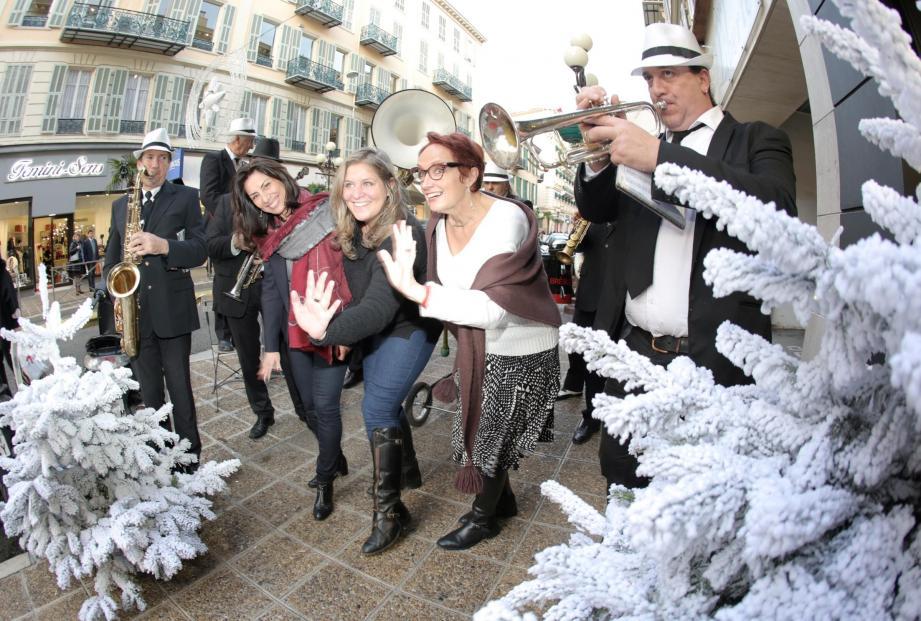 Les commerçants rivalisent d'initiatives, comme ici rue de la Liberté à Nice, pour attirer les clients.