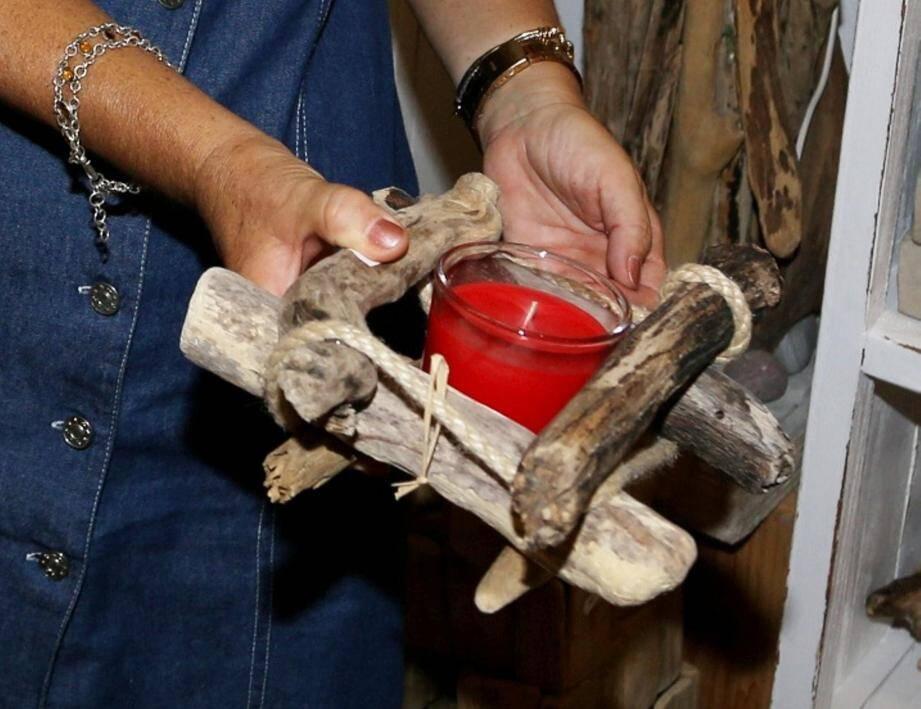 Alain Delplanque propose, dans sa boutique, de nombreux objets fabriqués à partir de bois flotté.