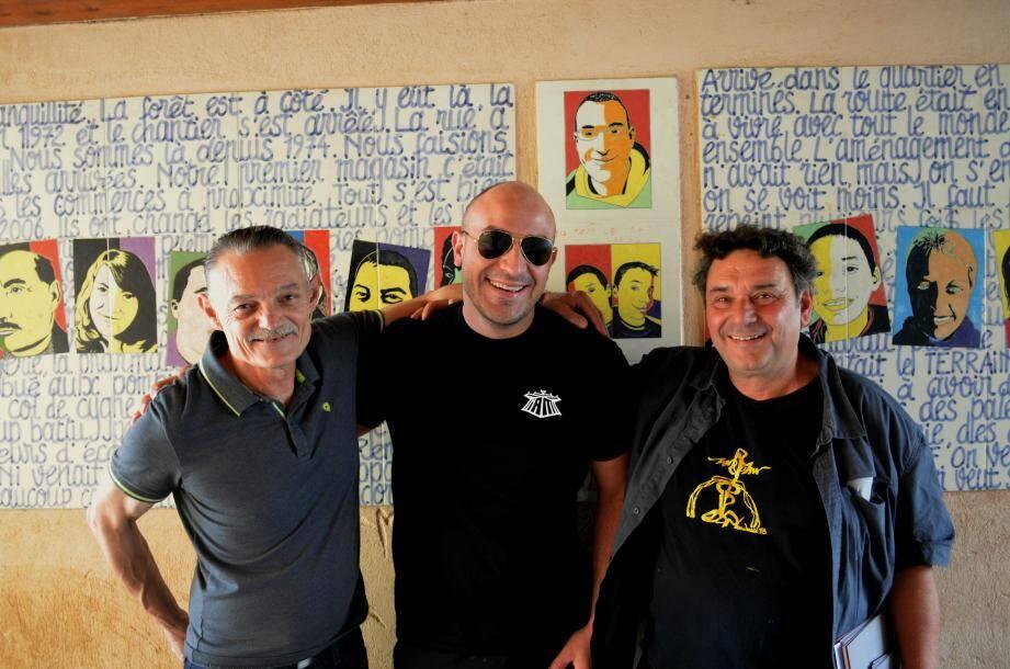 """Franck, Mehdi et Dominique, devant la fresque """"Céramicité"""" réalisée en 2009"""