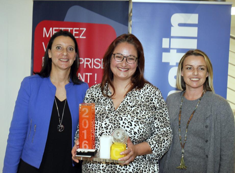 Jessica Pellegrini, cofondatrice d'Azzura Lights, récompensée par Carole Ory (Enedis) et Céline Barre (La Poste).