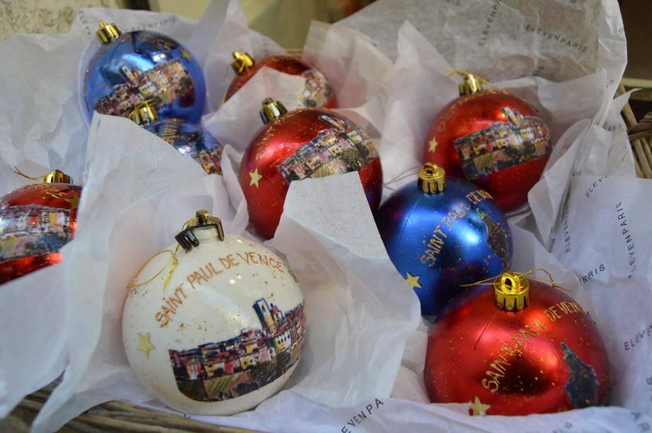 Dorénavant, le village a aussi ses boules, créées par une artiste locale.(DR)