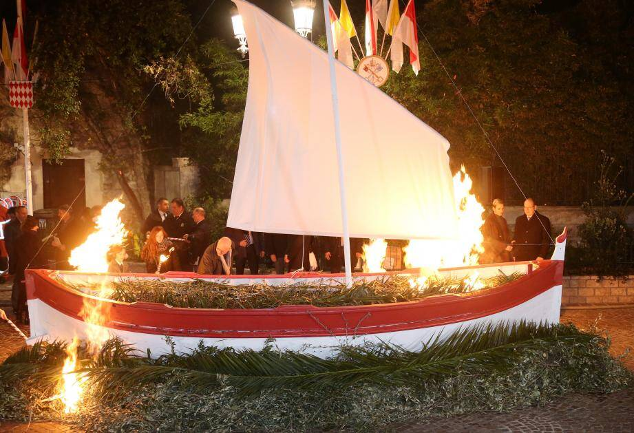 Le couple princier a mis le feu à la barque, hier, rompant au rite de la communauté monégasque.