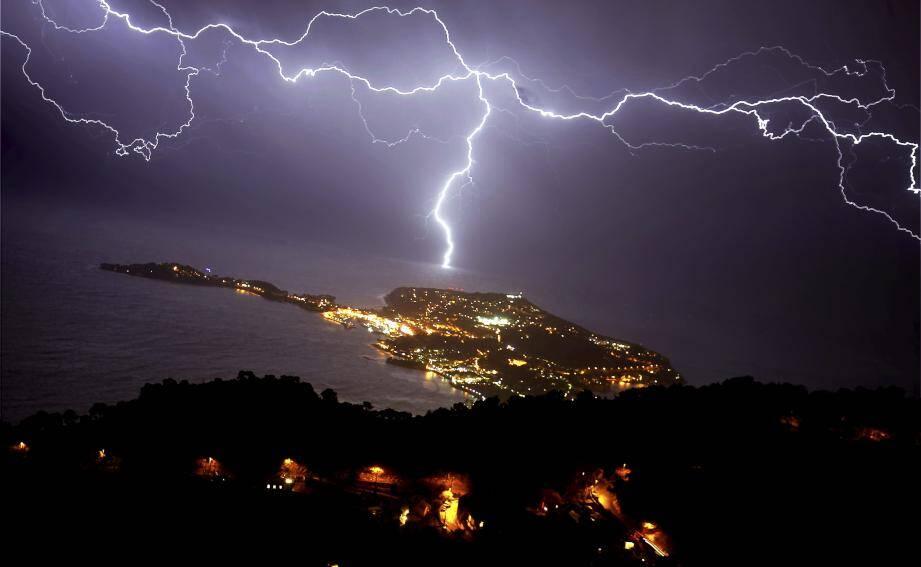 Un éclair au dessus de Saint-Jean-Cap-Ferrat dans les Alpes-Martimes.