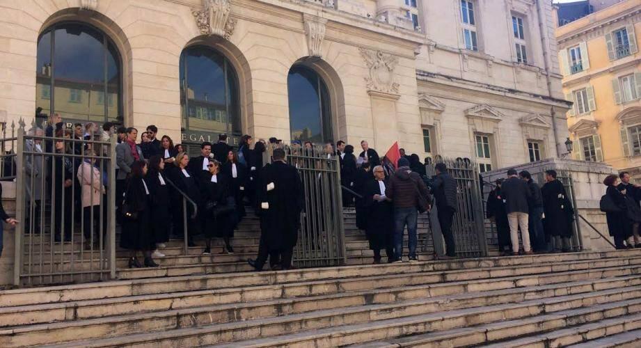 Magistrats, greffiers et avocats devant le TGI de Nice ce vendredi.