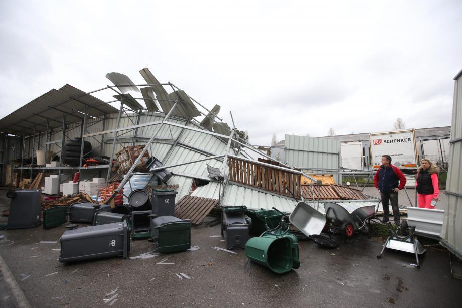 Le phénomène, très localisé, a provoqué de spectaculaires dégâts dans le quartier des Maurettes, à Villeneuve-Loubet.