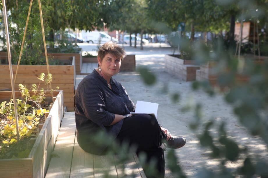 """Céline Chicharro, coordinatrice des actions """"Nature en ville"""" à La Seyne-sur-mer, a piloté le chantier participatif."""
