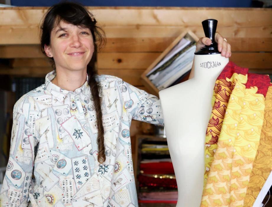 Luana Poncet créé les costumes du groupe Deluxe dans son petit atelier, situé à Hyères.
