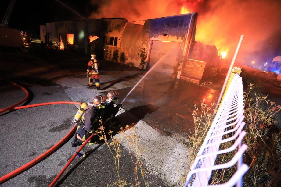 Au total, 700 m² et des tonnes de textiles et tissus sont partis en fumée.
