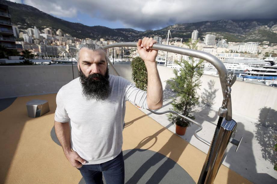 Sébastien Chabal présente son concept sur la digue du port de Monaco.