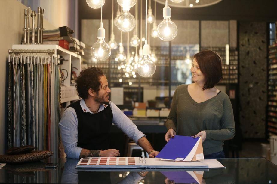 RESSOURCE NICE. A droite, Céline Vissé, responsable de la boutique.