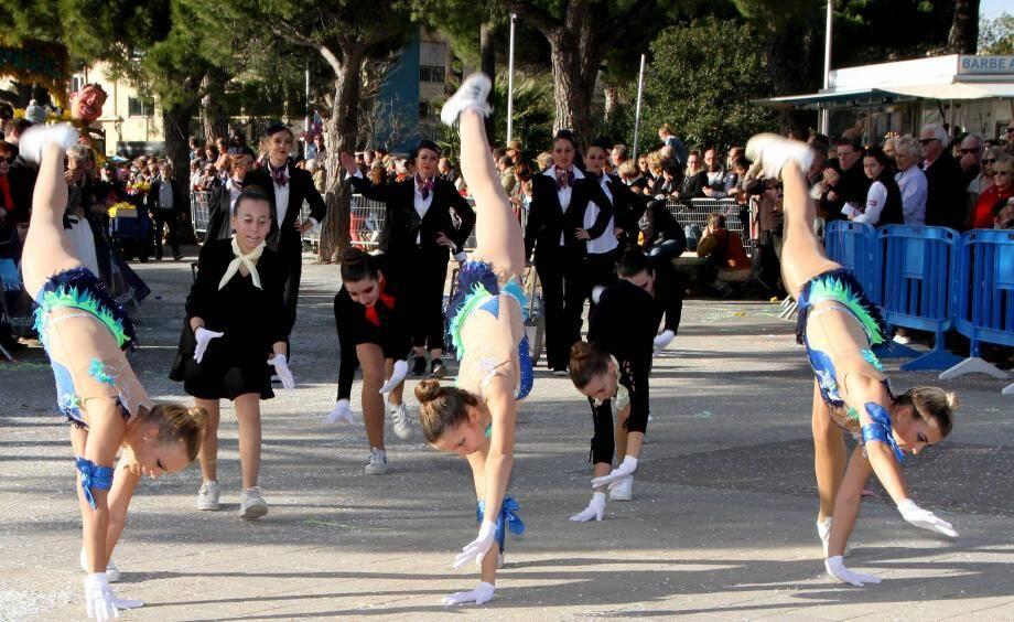 Du soleil, des chars, du mimosas, des déguisements et un monde fou... cocktail détonnant du corso de Sainte-Maxime. Un succès populaire.