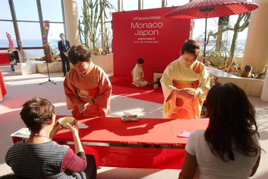 Tout en douceur et en délicatesse, les femmes en kimono ont montré les gestes nécessaires à la dégustation de ce thé très inhabituel pour nos palais occidentaux.