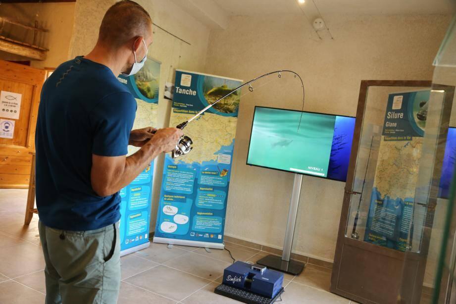 Chaque mardi et jeudi, un atelier de pêche est encadré par un animateur au bord du lac.