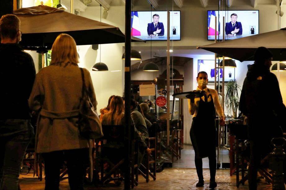 Ce mercredi soir au bar Le Nautic à Sanary, la retrasnmission de la Ligue des champions a été interrompue pour laisser place à l'intervention d'Emmanuel Macron.