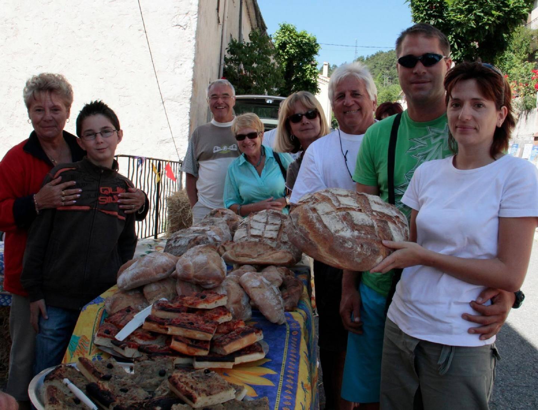 Le pain cuit au four la nuit est vendu sur des bottes de paille dans la rue principale.(Photos Jackie Dieren)