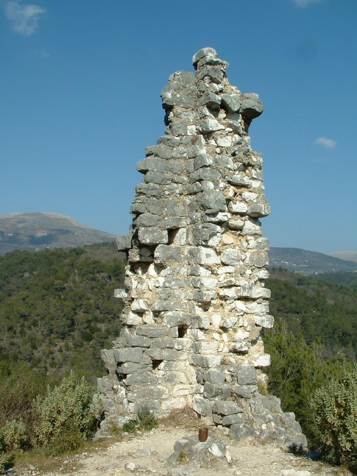 le donjon surplombe la partie haute du site médiéval.