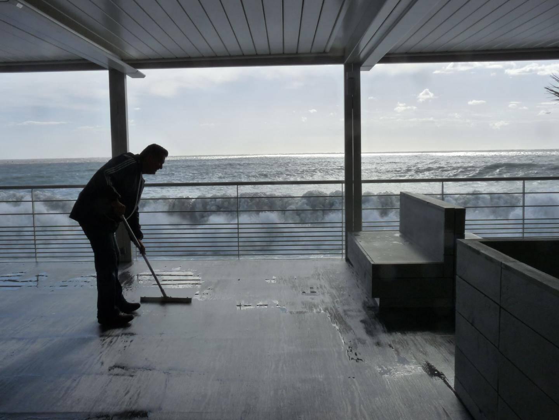 « Regardez par vous-même », se désole É velyne Beccaria d'Aeva Beach, alors que l'eau traverse son restaurant.(Photo F. D.)
