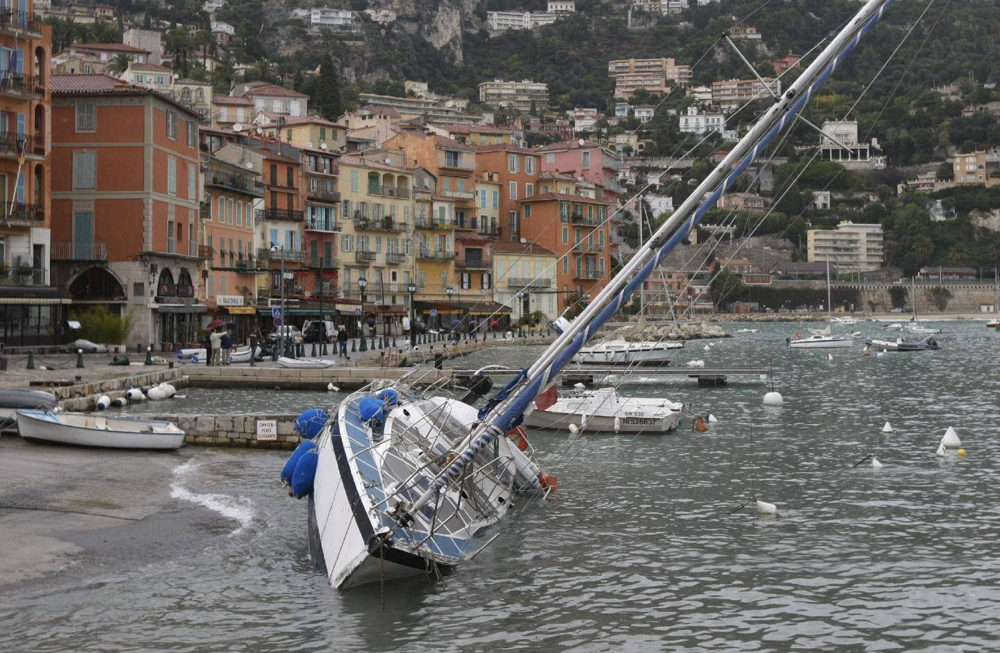 Olivier Papon, skipper : « Vu la force de la houle, il fallait éloigner les bateaux du quai villefranchois. On l'a fait pour certains. Mais pour d'autres, c'était déjà trop tard... »(Photos Frantz Bouton)