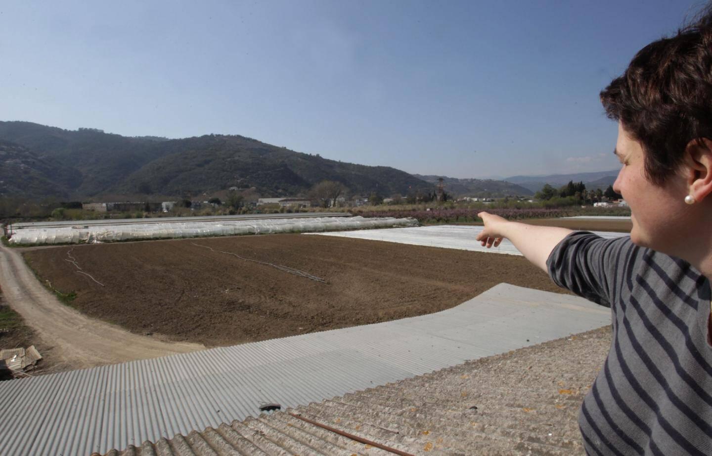 La famille Orso (ici la fille de Charles) et tous les agriculteurs de la vallée de la Siagne sont concernés par l'installation du centre de compostage qui sera implanté sur ce terrain.
