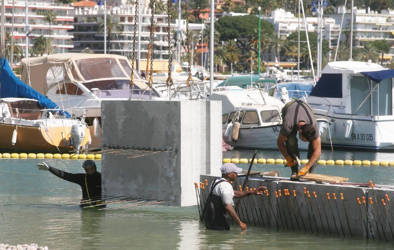 D'imposants blocs de bétons sont mis en place, mais toutes les places du port seront conservées.