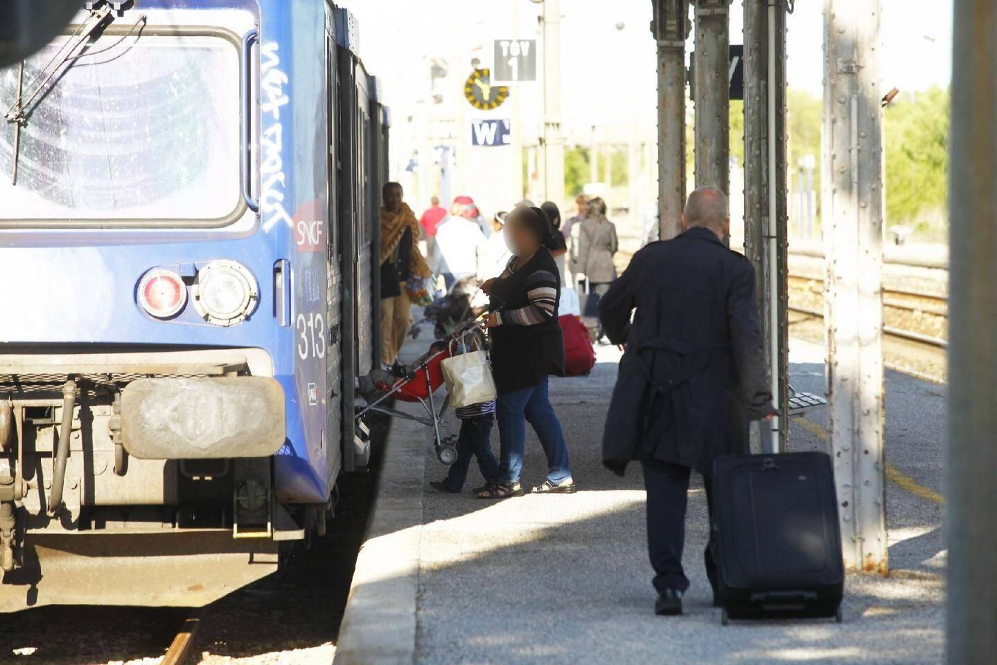 Les gendarmes font passer le véhicule des démineurs de la sécurité civile de Toulon.