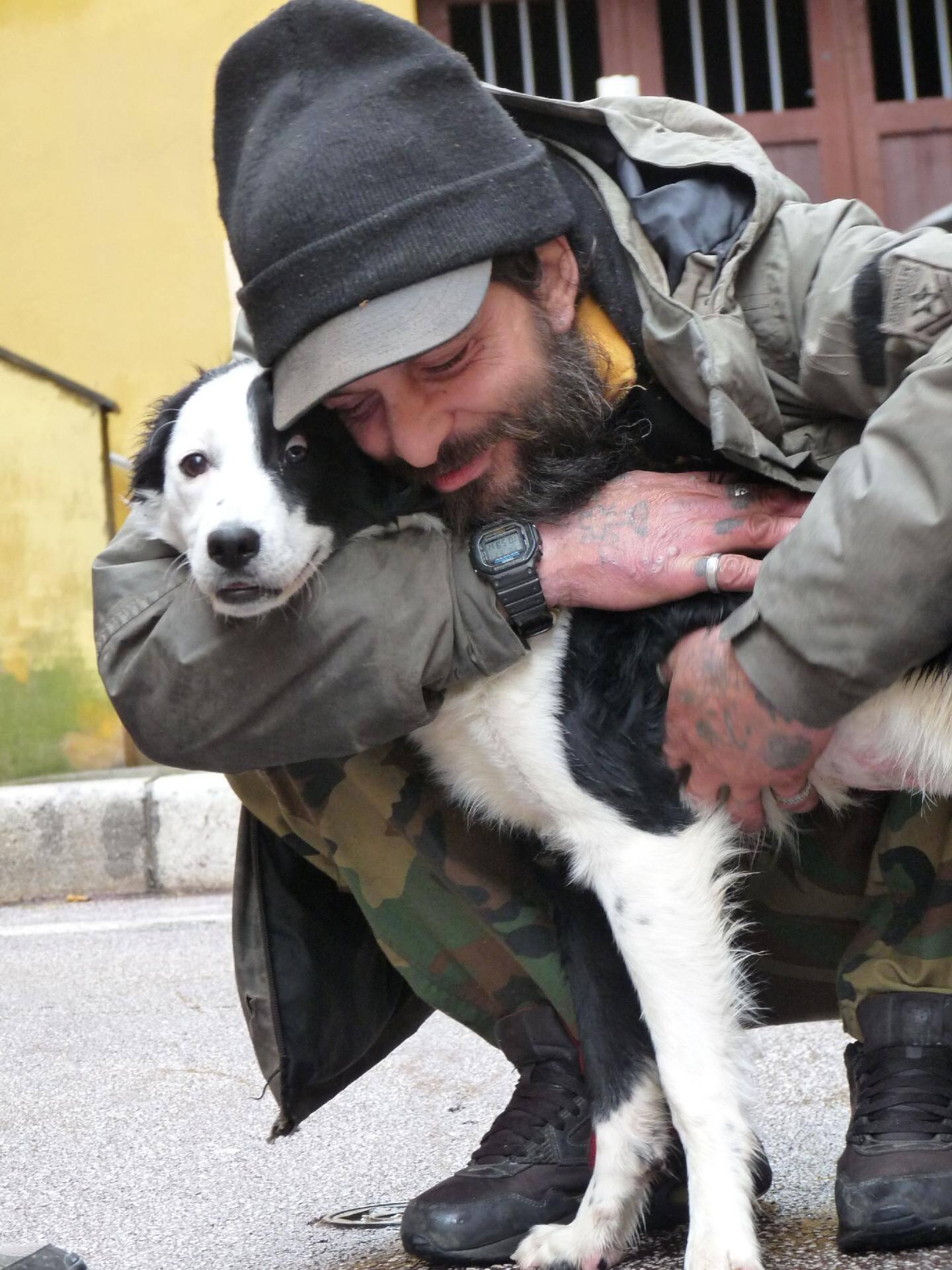 Émouvantes retrouvailles de Paolo et Dixie sous l'œil des riverains du Vieux-Nice qui s'étaient mobilisés pour que le SDF retrouve son chien.