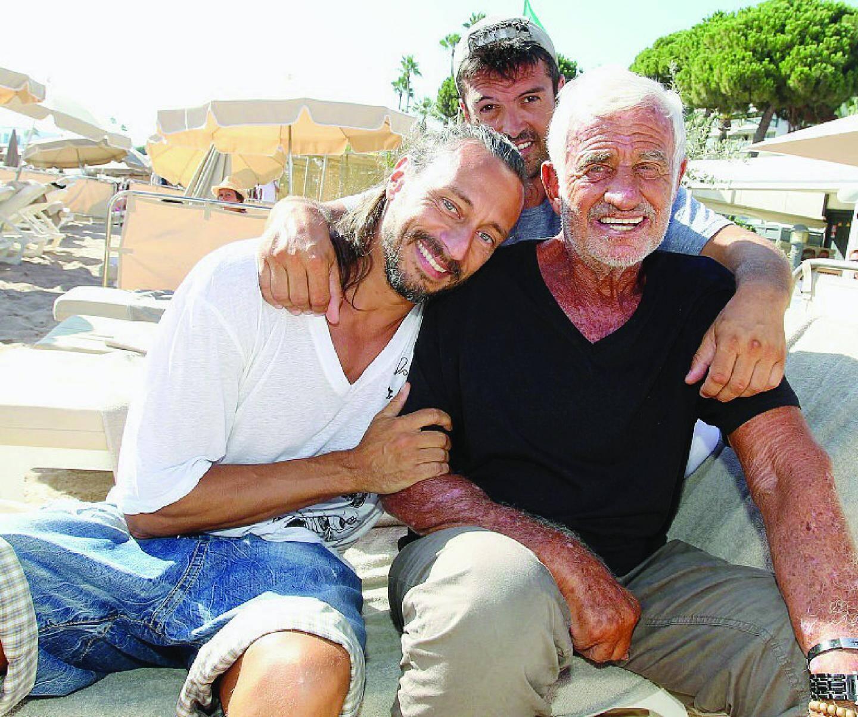Une petite rencontre, mais une grande complicité. Sur la plage du Bâoli à Cannes, Jean-Paul Belmondo, Bob Sinclar et Jeff Domenech avaient l'air d'une bonne bande de copains : l'acteur, le DJ et le fidèle ami comme larrons en foire !