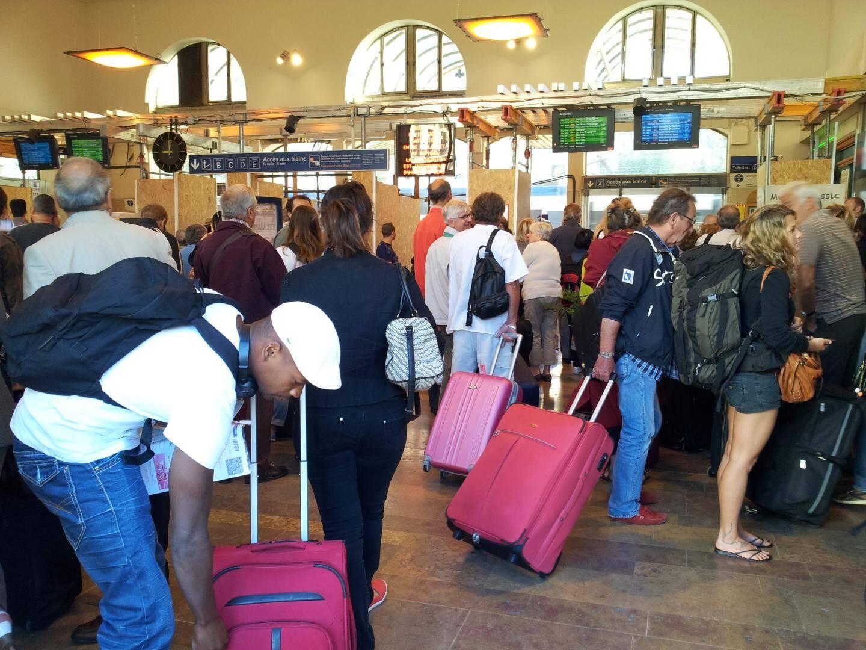 La pagaille en gare de Toulon. Les usagers attendent leur train.