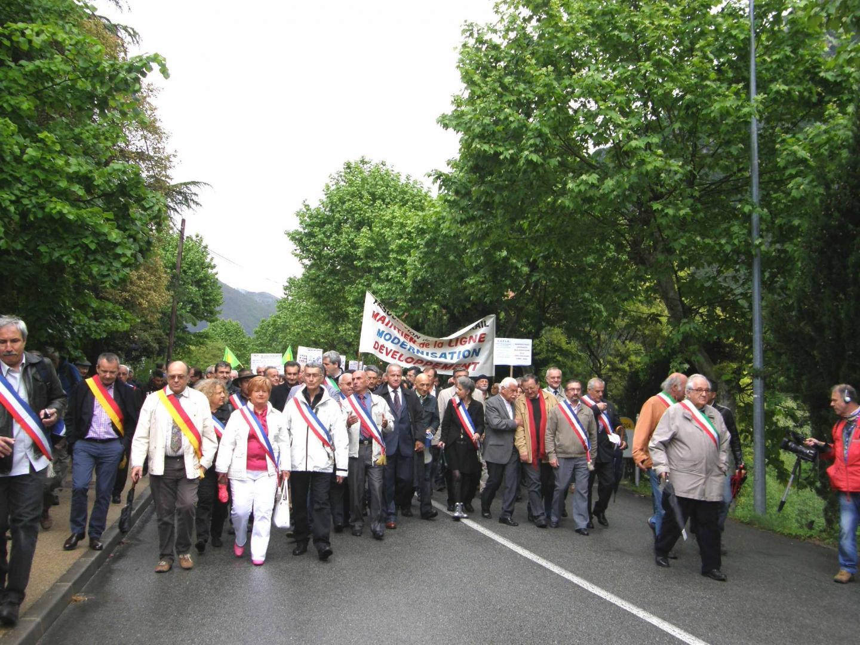 Les élus italiens et français ont pris la tête d'un long cortège de manifestants venus réclamer la pérennisation de la ligne qui traverse le col de Tende.