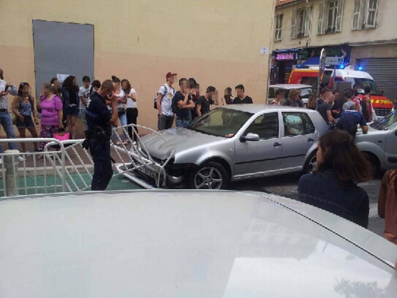 La scène, rocambolesque, s'est terminée dans une barrière devant le lycée Sasserno à Nice. Le voleur et la victime ont été hospitalisés hier soir. (D.R.)