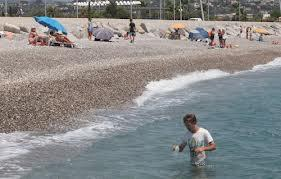 Contrôle des eaux de baignade à Cagnes-sur-Mer par des prélèvements.