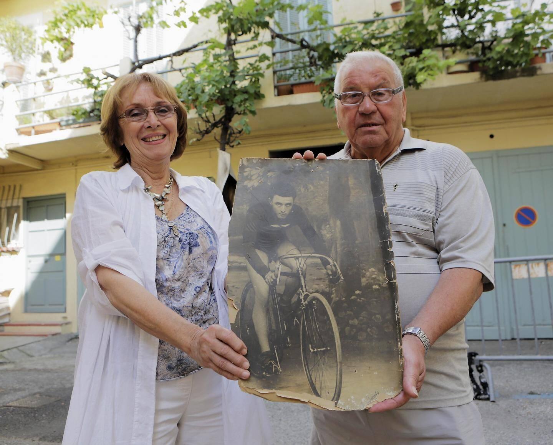 Michèle Bottin et Pierre Scatigna tiennent une photo d'Honoré Bottin.