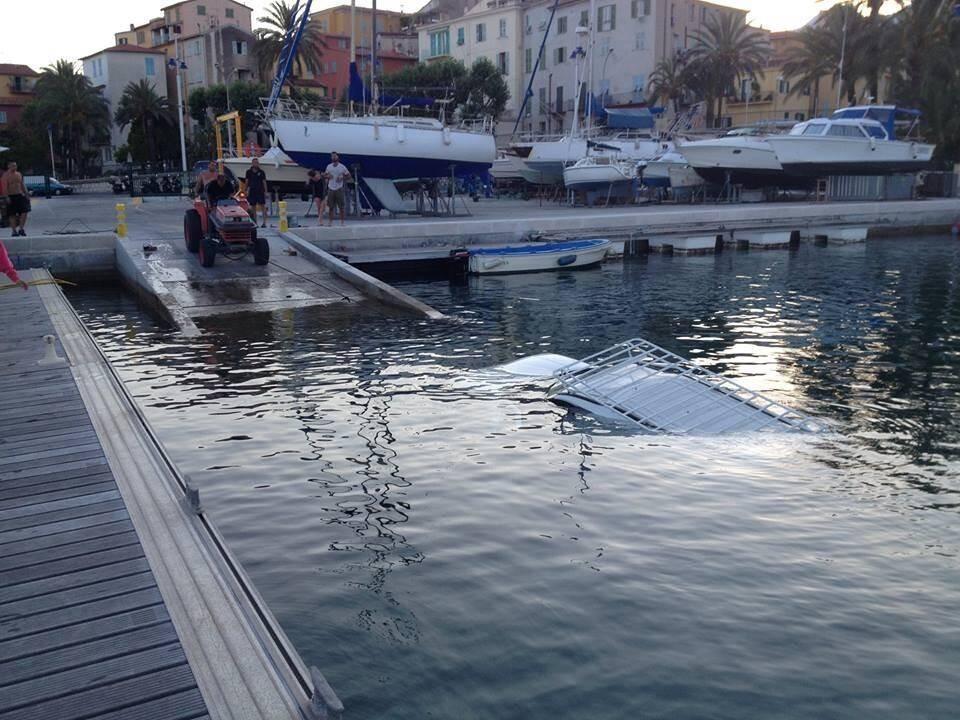 Une voiture à l'eau dans l'aire de carénage de Menton