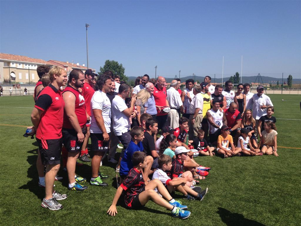 Photo souvenir pour quelques enfants chanceux avec les joueurs du RCT, délocalisés, ce lundi, à Saint-Maximin.
