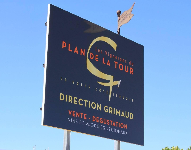 Nouveau logo et charte graphique en noir et or, les panneaux ont été installés avec le conseil général dans le cadre de la route des Vins.