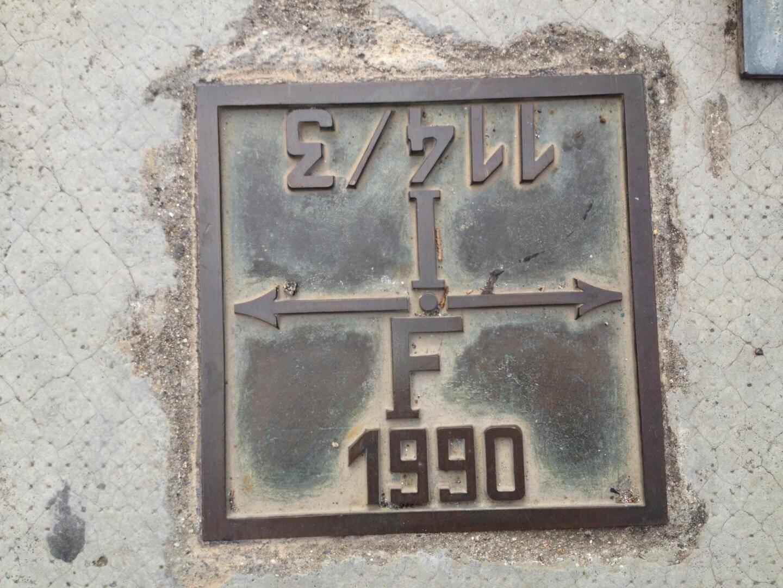 Un symbole occulte? Une œuvre d'art? Un tag géant? Un signe pour nos amis extraterrestres? Rien de tout cela. Il s'agit d'un repère pour les navigateurs marquant la frontière entre la France et l'Italie au pont Saint-Louis.