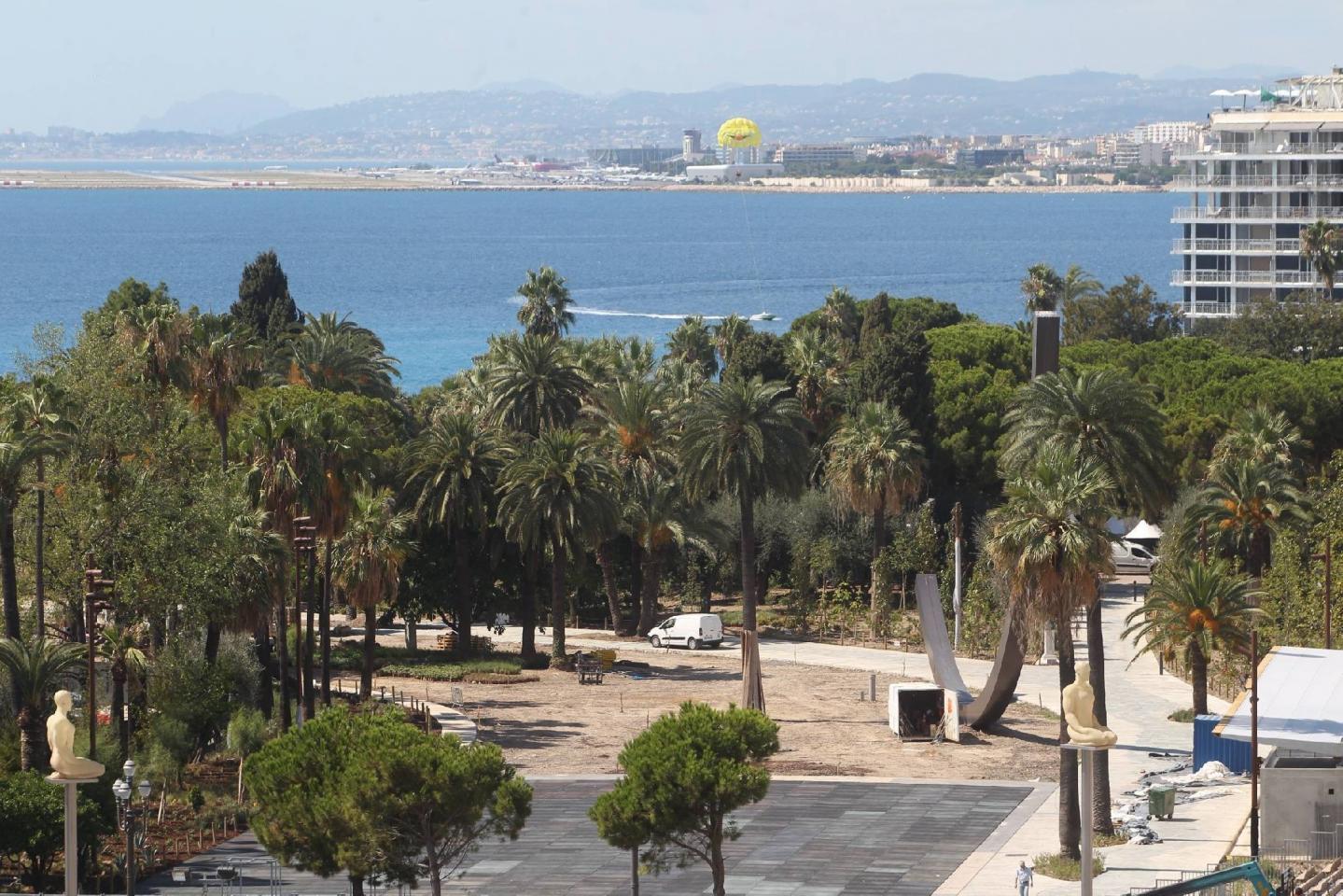 Le futur pavillon de l'Office du tourisme : une présence permanente au cœur du parc urbain.