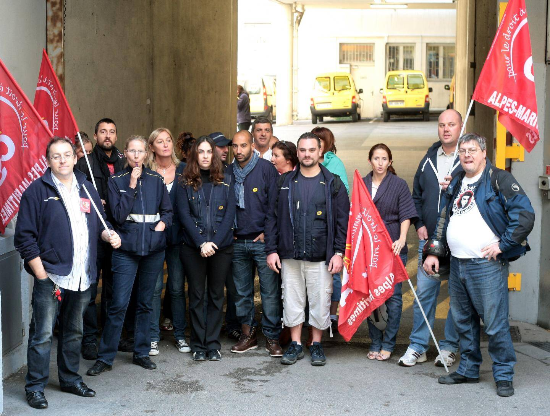 Les manifestants sont restés devant l'entrée du centre postal de Garibaldi entre 8 heures et 10 heures.
