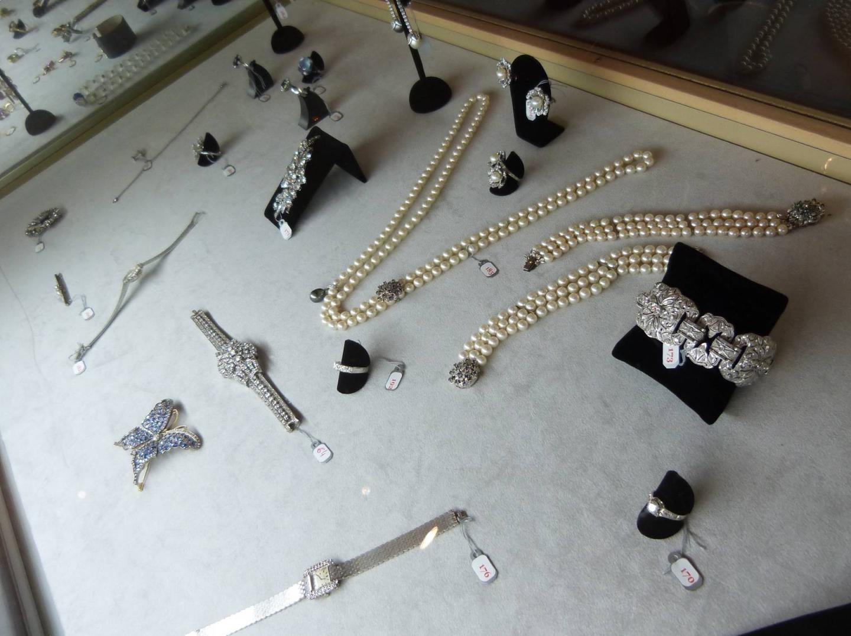 Voici quelques-uns des bijoux de charme mis en vente ce jeudi à Monaco.