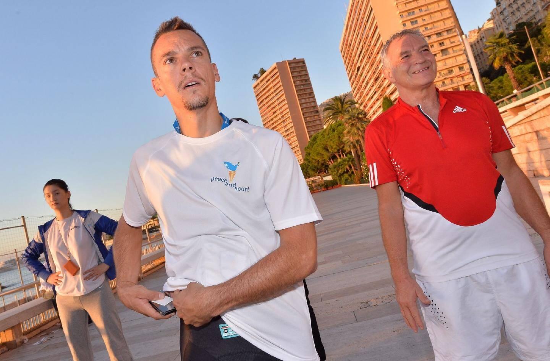Le Belge et résidant monégasque Philippe Gilbert, champion du monde 2012 de cyclisme, s'est joint au jogging et à la séance d'étirements (ci-dessous).